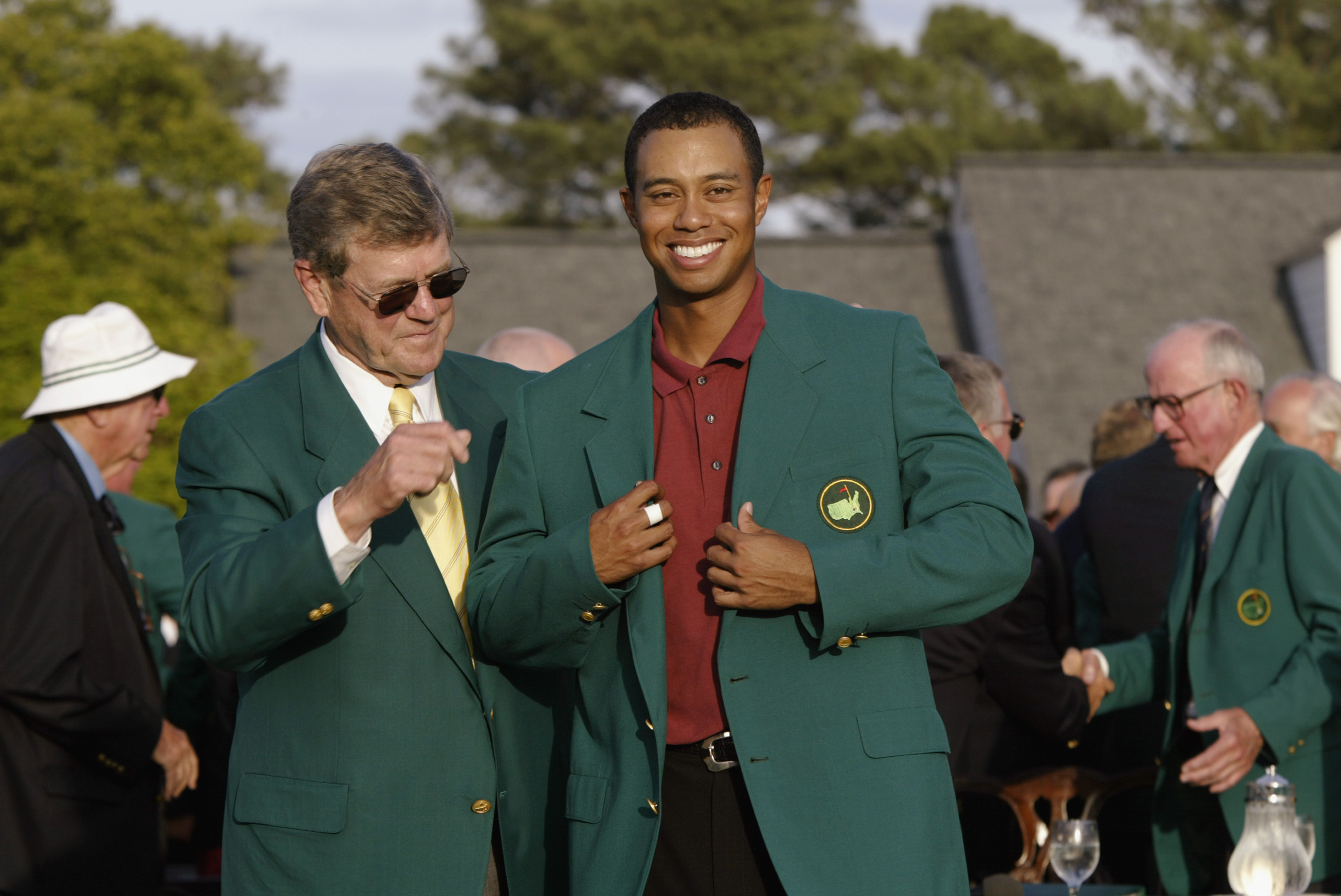 Chairman Hootie Johnson presents the green jacket to Tiger Woods